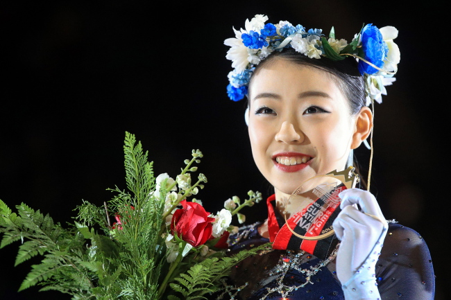 Ladies free program gold medalist Japan`s Rika Kihira poses with her medal at the ISU Grand Prix 0f Figure Skating Final 2018-19 on December 8 2018 in Vancouver, B.C., at the Doug Mitchell Thunderbird Sports Centre. (Yonhap)