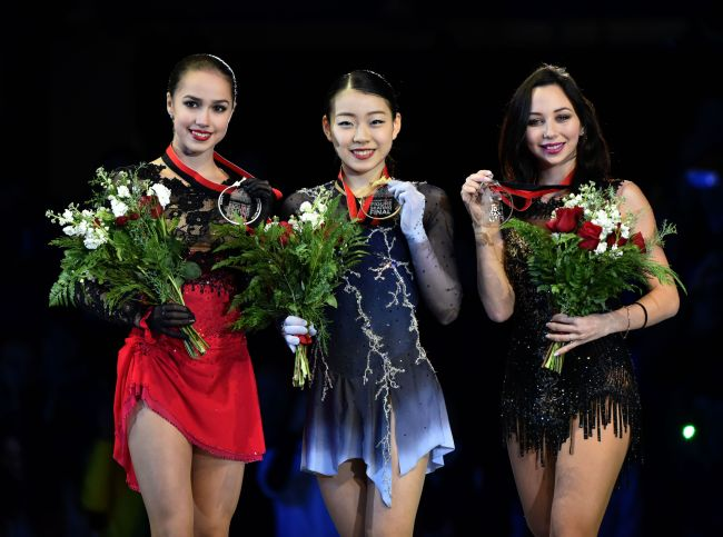 Ladies free program gold medalist Japan`s Rika Kihira (center), silver medalist Russia`s Alina Zagitova (left) and bronze medalist Russia`s Elizaveta Tuktamysheva (right) pose with their medals at the ISU Grand Prix 0f Figure Skating Final 2018-19 on December 8 2018 in Vancouver, B.C., at the Doug Mitchell Thunderbird Sports Centre. (Yonhap)
