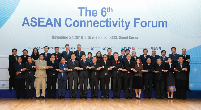 Participants pose at the sixth ASEAN Connectivity Forum at the Korea Chamber of Commerce and Industry in Seoul on Nov. 27. (AKC)