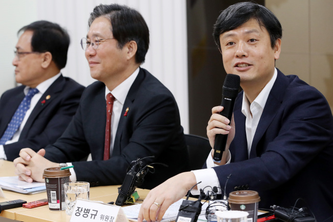 Chang Byung-gyu (right), head of the Presidential Committee on the Fourth Industrial Revolution, addresses a meeting attended by Minister of Trade, Industry and Energy Sung Yun-mo (center) and other related officials at the KT office in Seoul on Monday. (Yonhap)