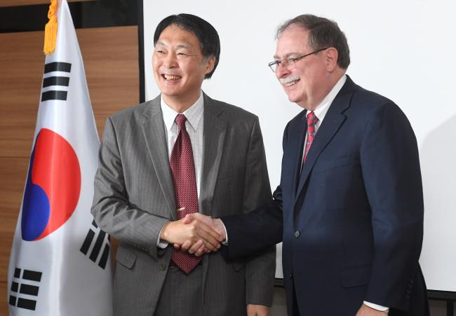 Chang Won-sam (left) and US counterpart Timothy Betts. (Yonhap)
