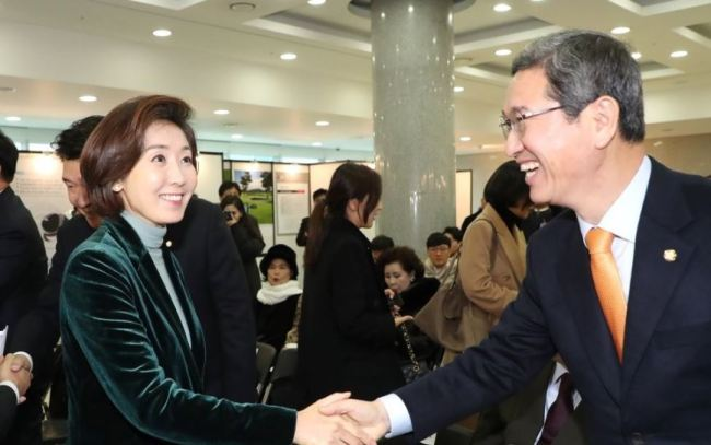 This photo, taken on Dec. 10, 2018, shows Rep. Na Kyung-won (left) and Rep. Kim Hack-yong, who are competing for the main opposition Liberty Korea Party`s floor leader position in an election slated for the following day. (Yonhap)