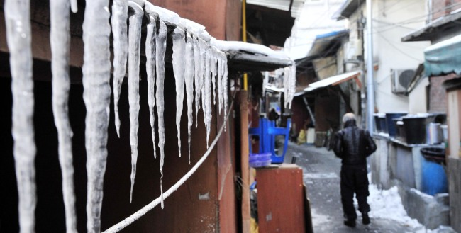 Icicles drop from the roof of a single-story house in Seoul (The Korea Herald / Park Hyun-koo)