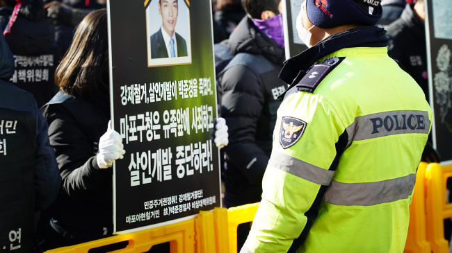 Protesters and police clash at the first memorial and protest rally.(Shot by Lee So-jeong/The Korea Herald)