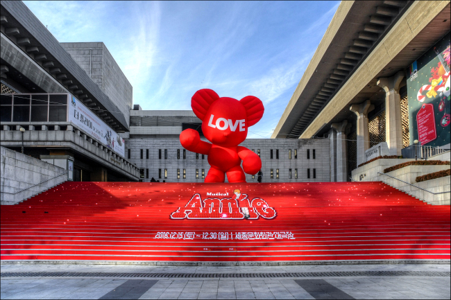"""""""Hug Bear"""" stands at Sejong Center for the Performing Arts (SCPA)"""