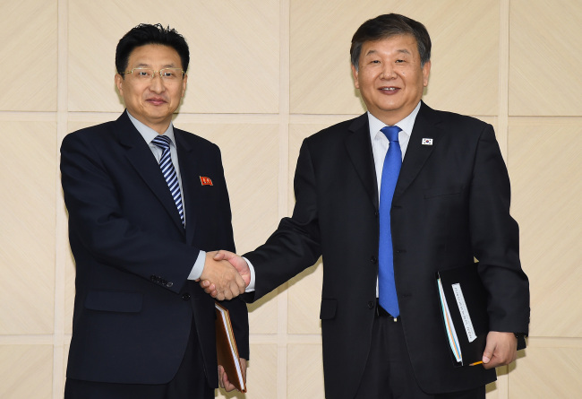 North Korean Vice Sports Minister Won Kil-u (L) and his South Korean counterpart, Roh Tae-kang. (Yonhap)