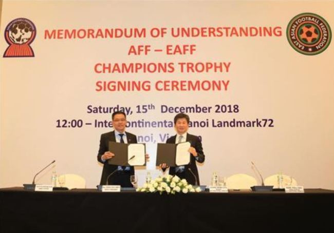 In this photo provided by the Korea Football Association, Chung Mong-gyu (right), head of the East Asian Football Federation, and Maj. Gen. Khiev Sameth, deputy president of the ASEAN Football Federation, pose with an agreement they signed on Dec. 15, 2018, in Hanoi, Vietnam, to organize biennial matches between the EAFF and AFF champions. (Yonhap)