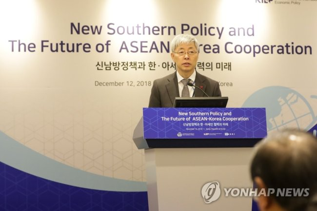 Kim Hyun-chul, presidential adviser for economic affairs, who heads the Presidential Committee on the New Southern Policy, speaks in Seoul on Wednesday during a seminar on economic cooperation with the region. (Yonhap)