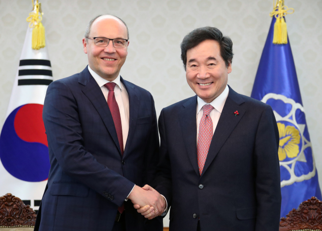 The Ukrainian parliament's Chairman Andriy Parubiy (left) poses with Prime Minister Lee Nak-yon during a meeting in Seoul on Thursday. (Yonhap)
