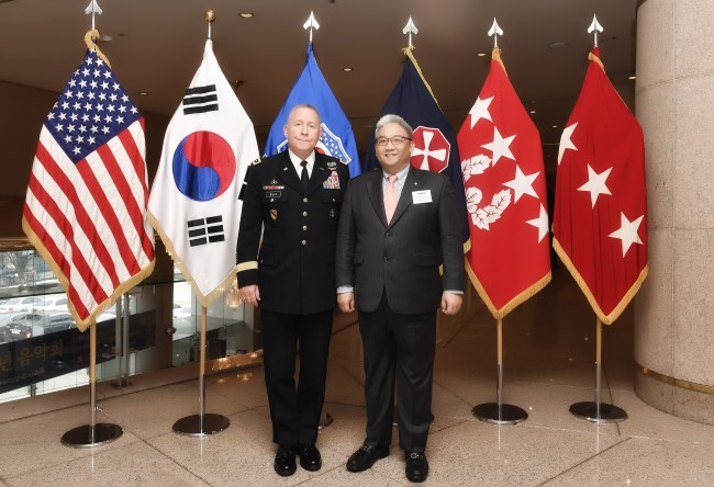 Eighth Army Commanding General Lt. Gen. Michael A. Bills (left) poses with Lee Sang-kyun, the chairman of Shin- Il Educational Foundation and Seoul Cyber University, on Sunday at Seoul Arts Center in the capital city. (SCU)