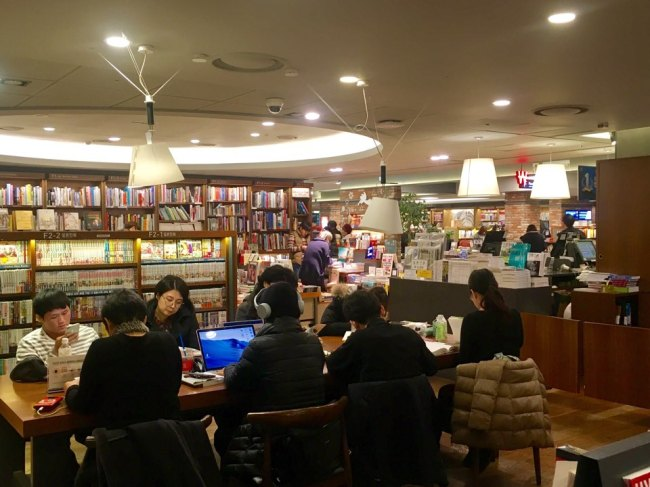 Visitors read books at Kyobo Book Centre's Gwanghwamun branch on Wednesday afternoon. (Im Eun-byel/The Korea Herald)