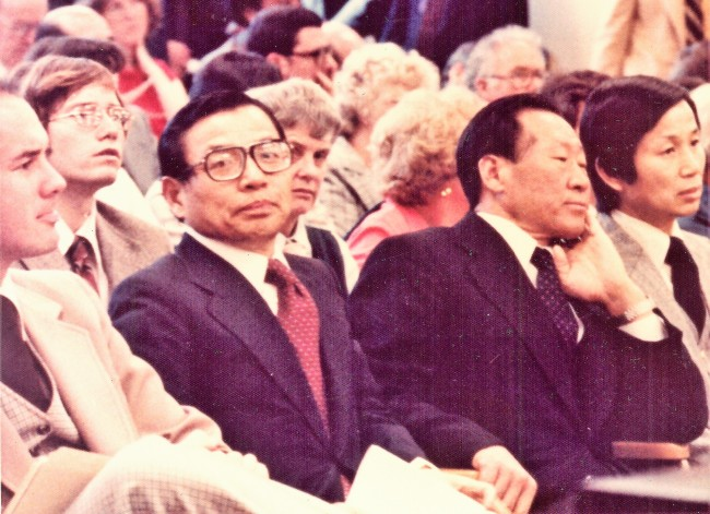 Late South Korean economic policymaker Kim Ip-sam (left) sits next to the late Hyundai Group founder Chung Ju-yung at an international conference in the late 1970s, when they worked as the vice chairman and chairman, respectively, of the Federation of Korean Industries. (Kim So-im)