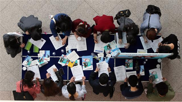 College graduates gather at a job fair in Daejeon. (Yonhap)