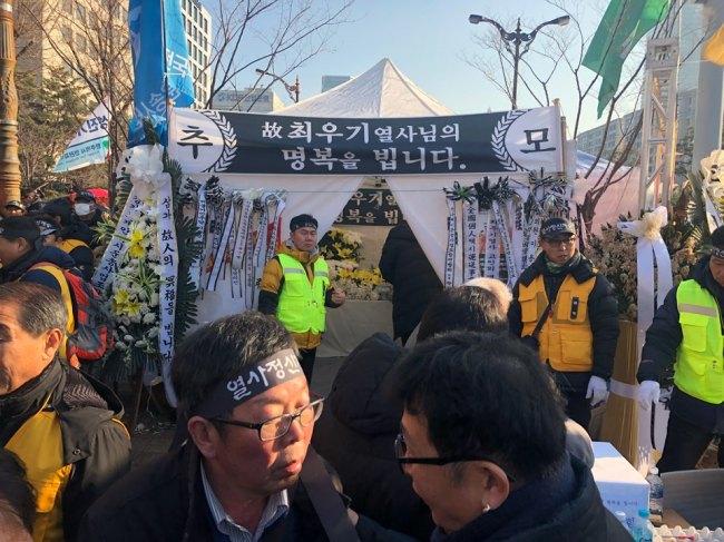 Memorial altar set up at the protest site (Jo He-rim/The Korea Herald)