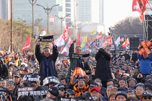 Taxi drivers protest against Kakao Mobility's proposed carpooling application in front of the National Assembly in Yeouido, Seoul on Thursday. (Yonhap)