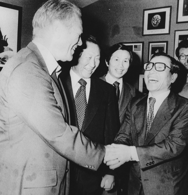 Late South Korean economic policymaker Kim Ip-sam (right) shakes hands with former US President Gerald Ford during a presidential visit to Seoul in November, 1974. Beside Kim and next to Ford is the late Hyundai Group founder Chung Ju-yung. Both worked as the vice chairman and chairman, respectively, of the Federation of Korean Industries. (Kim So-im)