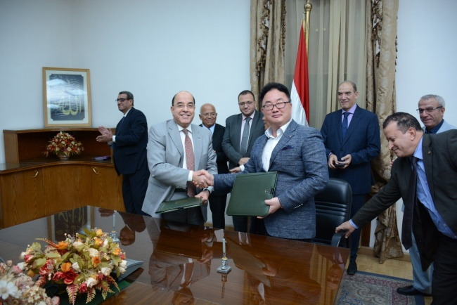 Caris Guardrail CEO Yu Cheol (center) shakes hands with Egypt's Vice Minister of Defense Hassan Ahmed Abd Elmagied after signing a deal on establishing guardrails across the entire Egypt and constructing a joint-venture factory, at the country's Government Complex on Sept. 17, 2018. (Caris Guardrail Co.)