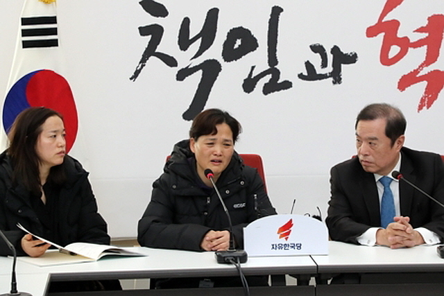 Mother of the deceased Kim Yong-gyun, a 24-year-old subcontract worker who was killed earlier this months in a conveyor belt accident, Kim Mi-suk (center) speaks at the National Assembly, Dec. 24 (Yonhap)