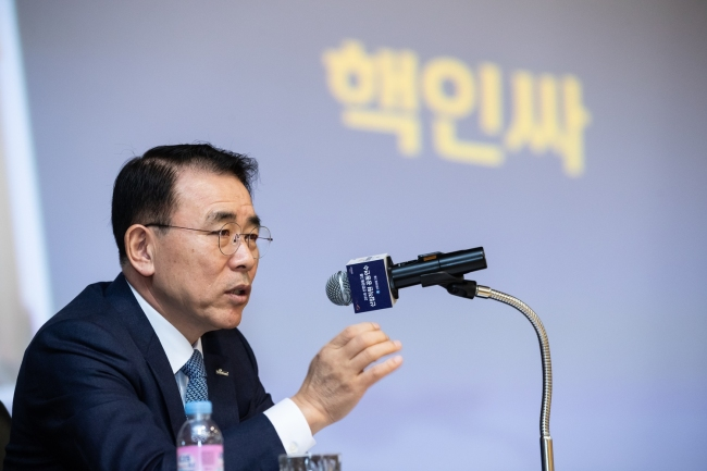 Shinhan Financial Group Chairman Cho Yong-byoung speaks in a workshop for new employees on Dec. 18. (Yonhap)