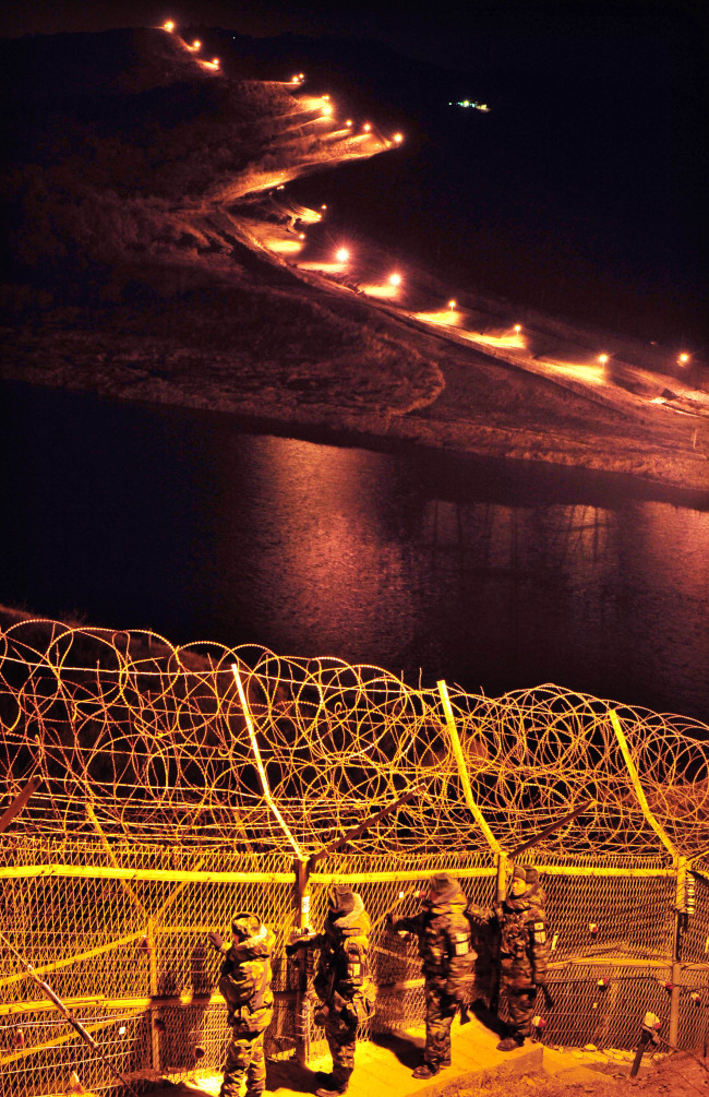 South Korean soldiers patrol along a border fence in northwestern Gyeonggi Province (Park Hyun-koo/The Korea Herald)