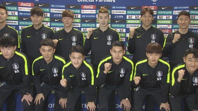 The South Korean national soccer team poses for a photo at Incheon Airport before flying to the United Arab Emirates on Dec. 23. (Yonhap)