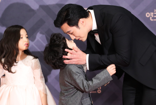 So Ji-sub greets child actor Kim Gun-woo at the MBC Drama Awards held at MBC Media Center in western Seoul on Sunday. (Yonhap)