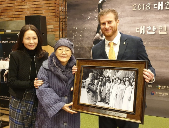 Hungarian Ambassador Mozes Csoma (right) poses with Dancer Kim Baek-bong holding a photograph he discovered that shows the Korean lady as one of the participants at the Second World Festival of Youth and Students in Budapest, Hungary, in 1949. Dancer Kim Baek-bong is second from right. (Hungarian Embassy