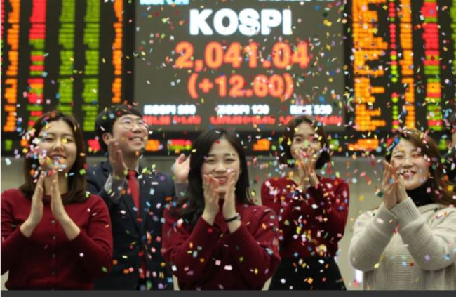 Employees at the Korea Exchange celebrate the closing of the 2018 capital market, Friday. (KRX)