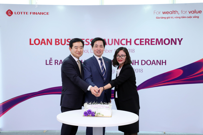 Lotte Card CEO Kim Chang-kwon (center) attends the launch ceremony for Lotte Finance Vietnam in December with local business leaders. (Lotte Card)