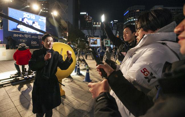 SK Telecom demonstrates 5G-enabled live broadcasting technology at the Bosingak bell-ringing ceremony in Jongro-gu, Seoul on Monday. (SKT)