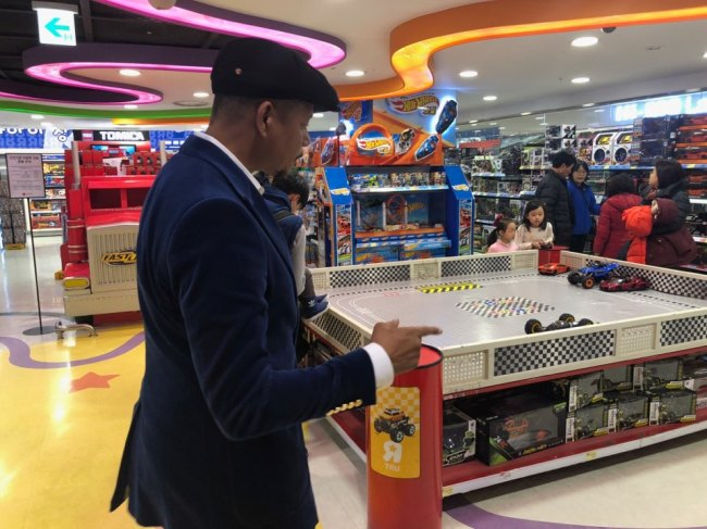 Terrence Howard picks out toys for his children, Qirin and Hero, in Seoul on Monday during his first visit to Korea. (Jo He-rim/The Korea Herald)