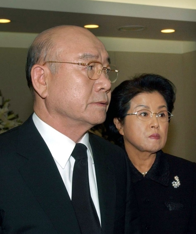 Former South Korean President Chun Doo-hwan and his wife, Lee Soon-ja, visit a funeral home in Seoul on Oct. 23 to pay tribute to his predecessor Choi Kyu-hah, who died the previous day at the age of 88. Choi, who was appointed president after Park Chung-hee`s assassination in 1979, ruled for just 10 months until Chun took power following a military coup in 1980. (Yonhap)