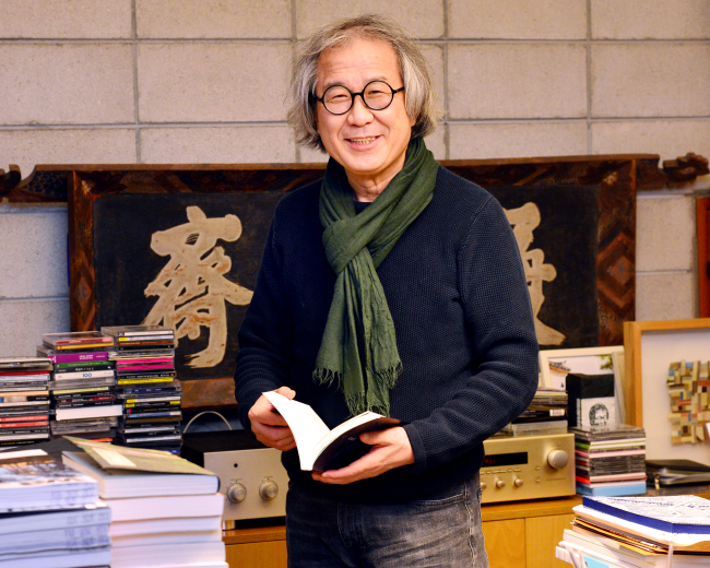 Architect Seung Hyo-sang poses at his office in Dongseung-dong, Seoul, on Dec. 20, 2018. (Park Hyun-koo/The Korea Herald)