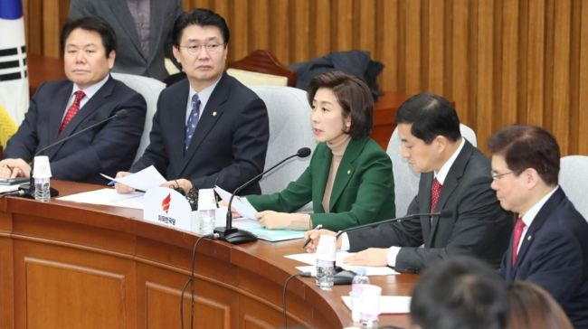 Rep. Na Kyoung-won speaks during a joint press conference held by the Liberty Korea Party and a special committee Friday at the National Assembly (Yonhap)