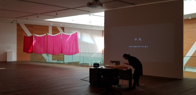 """An installation view of exhibition """"Matters of Women"""" at the Seoul National University Museum of Art shows a hanbok installation by Jung Jung-yeob (left) and """"Gu. Di. 2nd Exit"""" by Jeong Hye-youn. (Shim Woo-hyun/The Korea Herald)"""