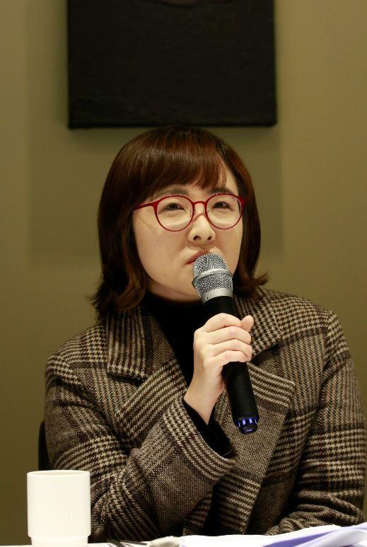 Writer Yoon Yi-hyung, winner of the 2019 Yi Sang Literary Award, speaks during a press event in Gwanghwamun, Seoul, Monday. (Munhaksasang)