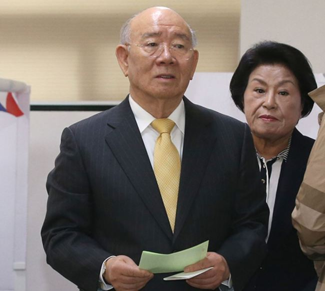 Former South Korean President Chun Doo-hwan (left) and Lee Soon-ja, his wife (Yonhap)