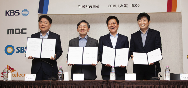 Chiefs of SK Telecom and South Korea's major broadcasters announce their decision to integrate streaming service during a press conference in Seoul on Jan. 3. From left are: MBC CEO Choi Seoung-ho; KBS CEO Yang Seung-dong; SK Telecom CEO Park Jung-ho; and LG Uplus CEO Ha Hyun-hoi. Yonhap