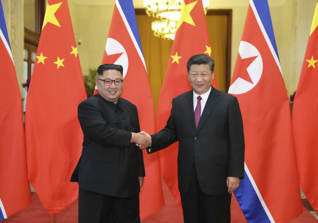 In this June 19, 2018, file photo provided by China's Xinhua News Agency, Chinese President Xi Jinping, right, shakes hands with North Korean leader Kim Jong Un, during a welcome ceremony at the Great Hall of the People in Beijing. (AP-Yonhap)