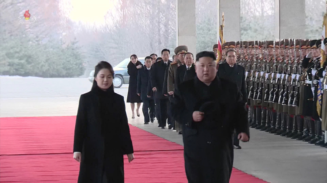 North Korean leader Kim Jong-un (right) and his wife Ri Sol-ju (Yonhap)