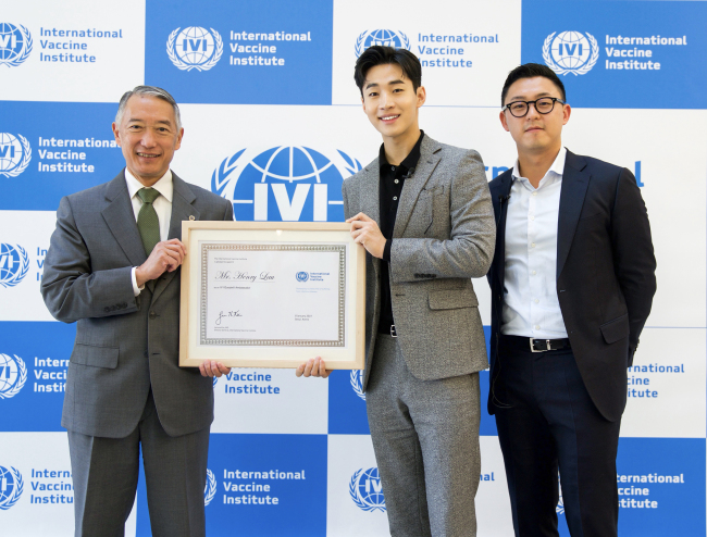 IVI Director General Jerome Kim (left) presents a plaque appointing Henry (center) as IVI Goodwill Ambassador, accompanied by IVI researcher Justin Im (right) during a ceremony at the IVI headquarters Tuesday. (IVI)