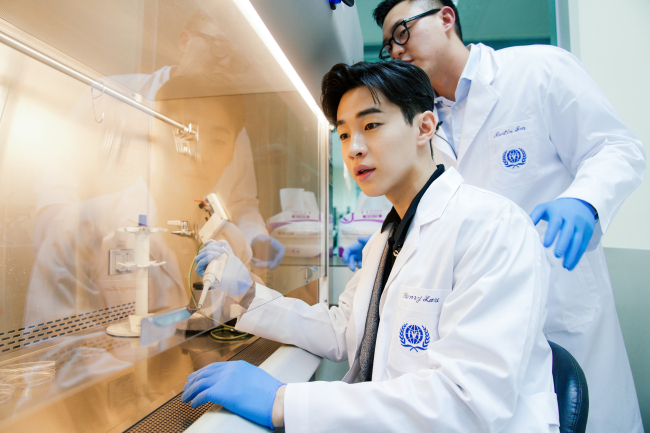 IVI Goodwill Ambassador Henry Lau tries out equipment in a lab during a guided tour of IVI laboratories after the Goodwill Ambassador appointment ceremony. (IVI)
