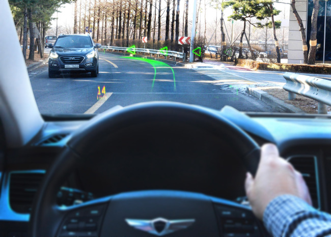 A holographic augmented reality navigation system is demonstrated on the Genesis G80. (Hyundai Motor)