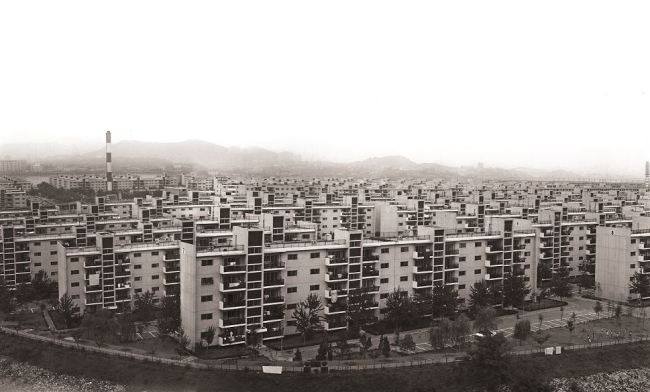 A 1977 photo shows one of the early apartment complexes build in Banpo-dong, Seocho-gu, Seoul. (Seoul Museum of History)