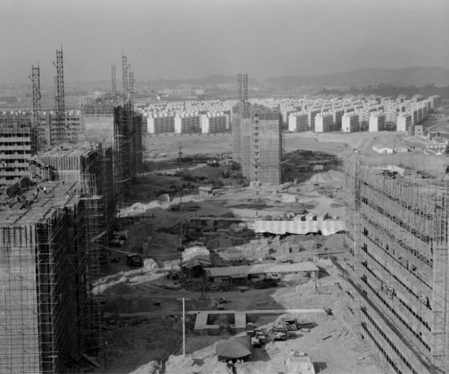 A 1978 photograph of an apartment complex construction site in Jamsil, Seoul. (Seoul Museum of History)