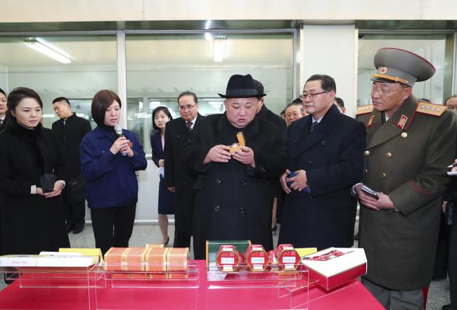 Kim Jong-un visits a Tong Ren Tang pharmaceutical plant in Yizhuang, Beijing on Wednesday. (Xinhua-Yonhap)