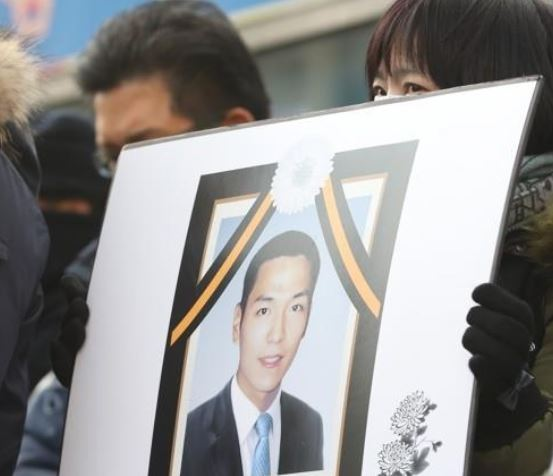 A member of a comittee consisting of evicted Ahyeon residents holds a picture of a deceased evictee Park Jun-kyung. (Yonhap)