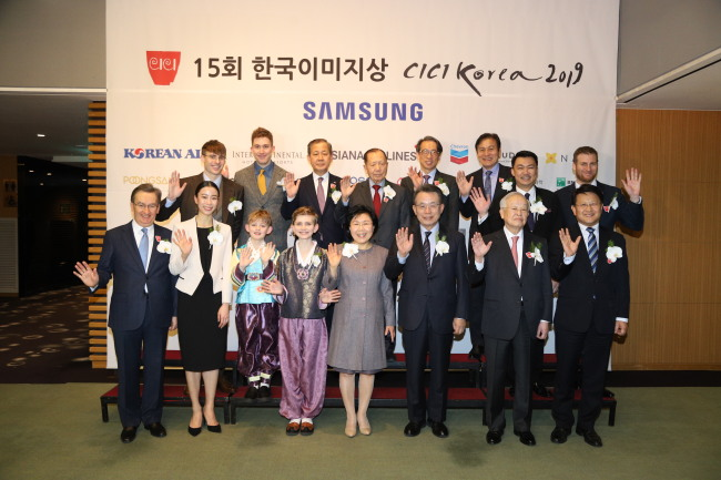Participants pose at the 15th Korea Image Award ceremony and reception organized by the Corea Image Communications Institute at InterContinental Seoul Coex on Thursday. (CICI)