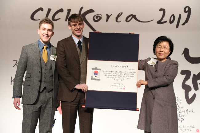 From left: YouTubers Ollie Kendal, Josh Carrott and CICI president Choi Jung-hwa (CICI)