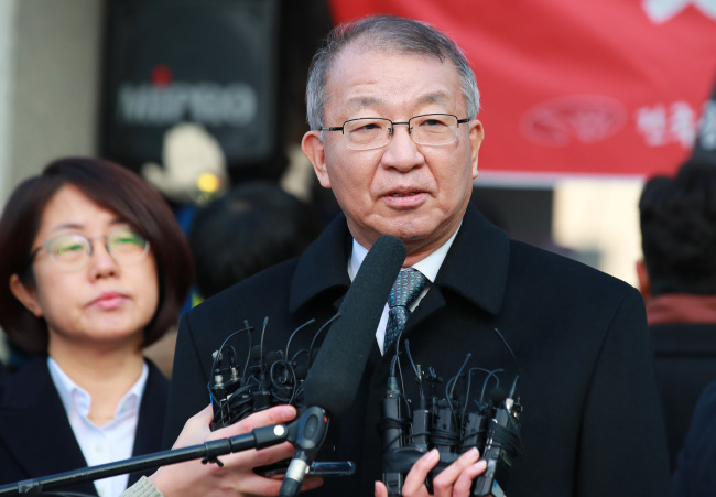 Former Supreme Court chief Yang Sung-tae speaks to reporters in front of the Supreme Court before heading to the Seoul Central District Prosecutors' office for interrogationover multiple allegationsof abuse of judiciary power. (Yonhap)